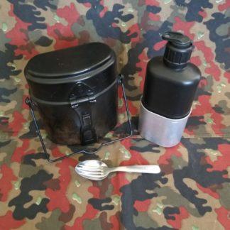 Einzelkochgeschirre, Feldflaschen und Gamellen